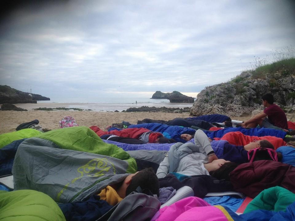 Niños descansando después del Surf