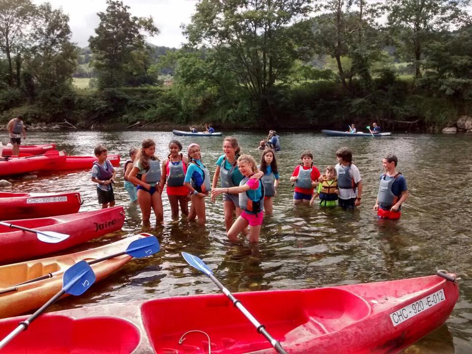 Niños montando en Canoas en el campamento