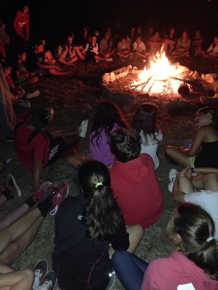 Hoguera nocturna en el campamento